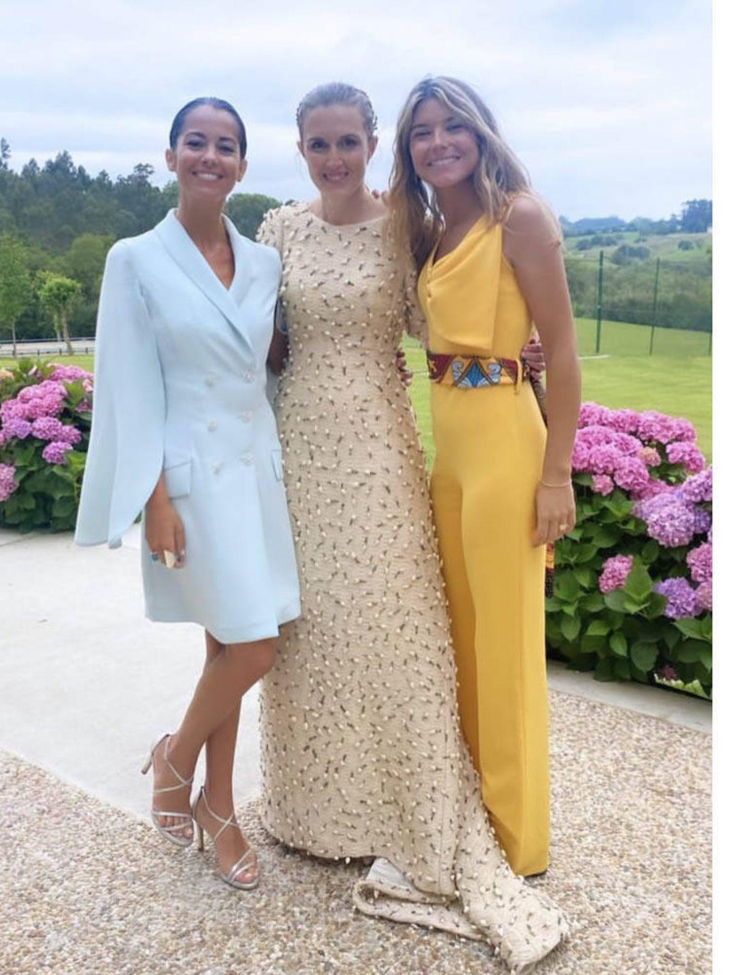 Sofía Ellar posa con la novia y con una amiga. (instagram)
