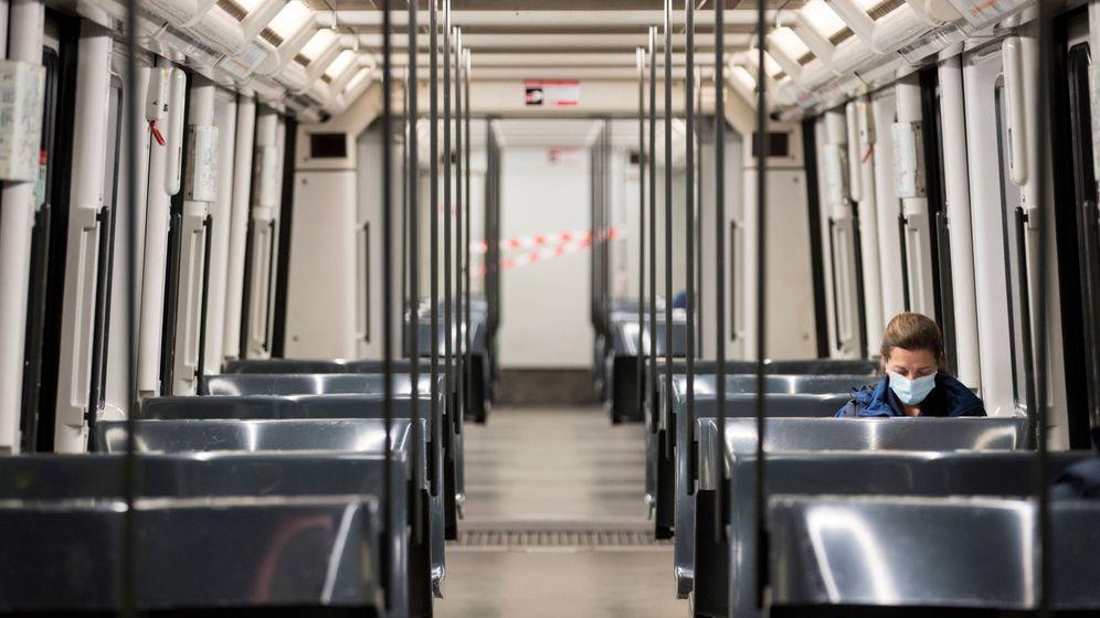 Foto: Una mujer en un vagón del metro de Barcelona, este lunes (EFE)
