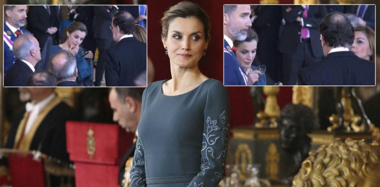 Foto: La Reina retocándose mientras habla con Rajoy