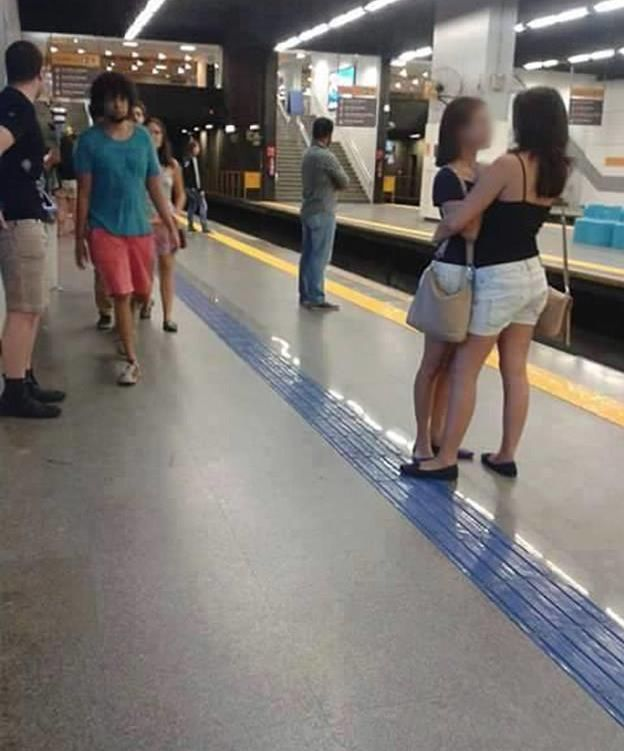 Foto: En la imagen puede verse a dos mujeres abrazándose mientras esperan el metro (facebook)