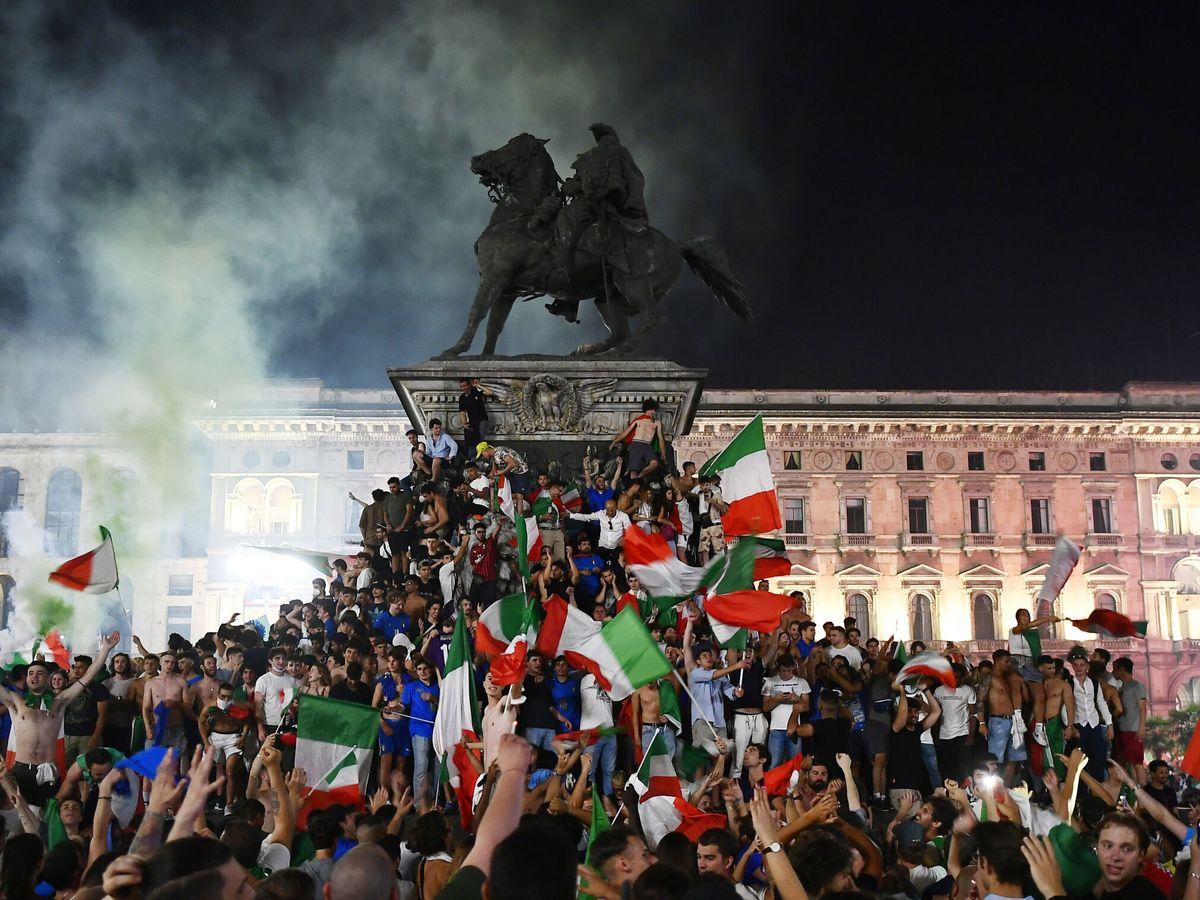 Foto: Celebraciones en la Piazza Duomo tras la victoria de Italia contra Inglaterra en la Eurocopa 2020. (Reuters)