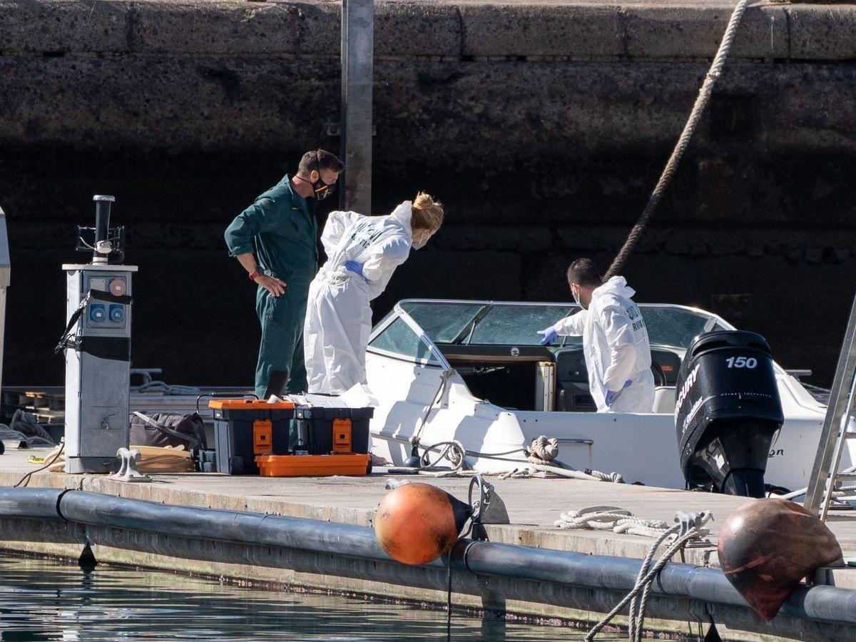 Foto: La Policía Científica analiza la embarcación que pertenecería al padre. (EFE)