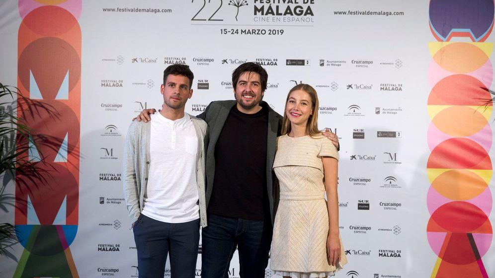 Foto: El director de 'La banda' (Roberto Bueso), junto a Gonzalo Fernández y Charlotte Vega (EFE).