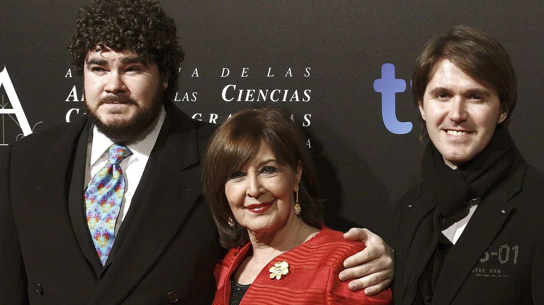 Concha Velasco, en los Goya de 2013, acompañada por sus dos hijos, Paco y Manuel. (EFE)