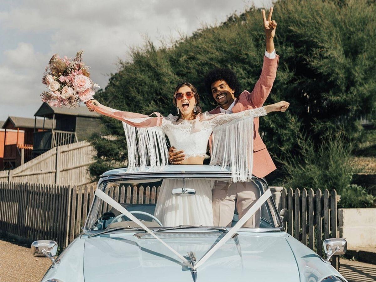 Foto: Recién casados subidos a un coche vintage. (Fotografía de @rebeccacarpenterphotography vía @greenweddingshoes)