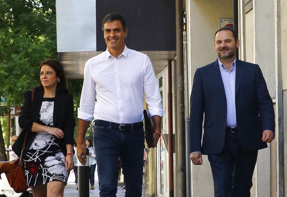 Foto: Pedro Sánchez, flanqueado por José Luis Ábalos y Adriana Lastra, este 24 de mayo a su llegada a Ferraz. (EFE)