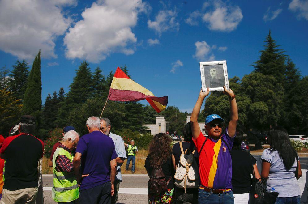 Foto: Manifestantes republicanos urgen a la exhumación de Franco del Valle de los Caídos, el pasado 21 de julio ante la basílica. (Reuters)