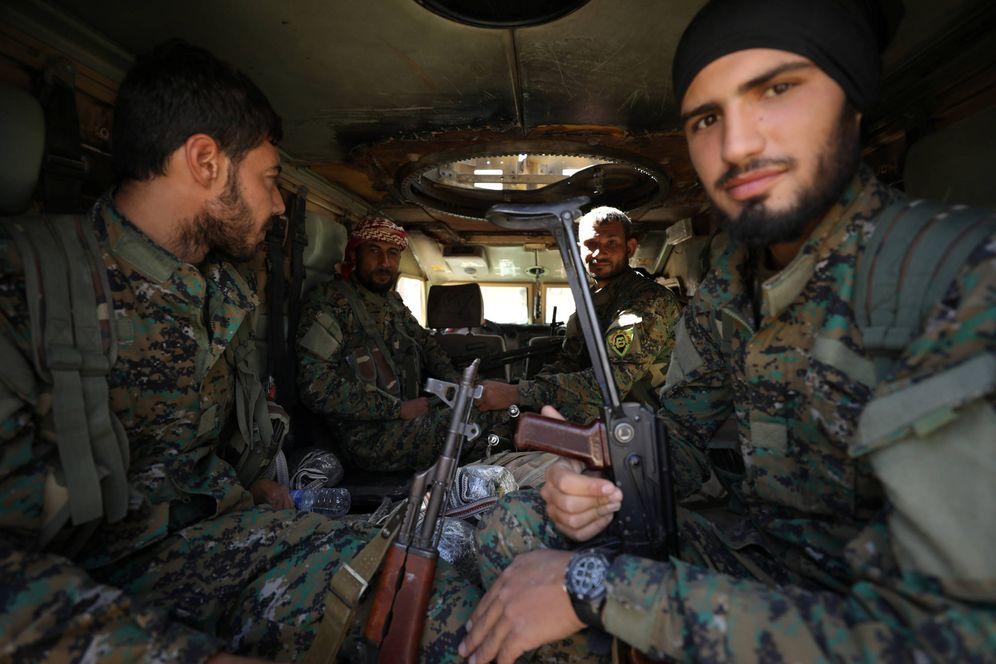Foto: Combatientes de las Fuerzas Democráticas Sirias (SDF) dentro de un blindado en Raqqa, la antigua capital del Califato. (Reuters)
