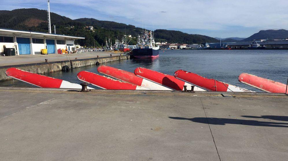 Foto: Algunas de las palas que ya han aparecido y están sujetas al puerto. (Foto: Salvamento Marítimo)
