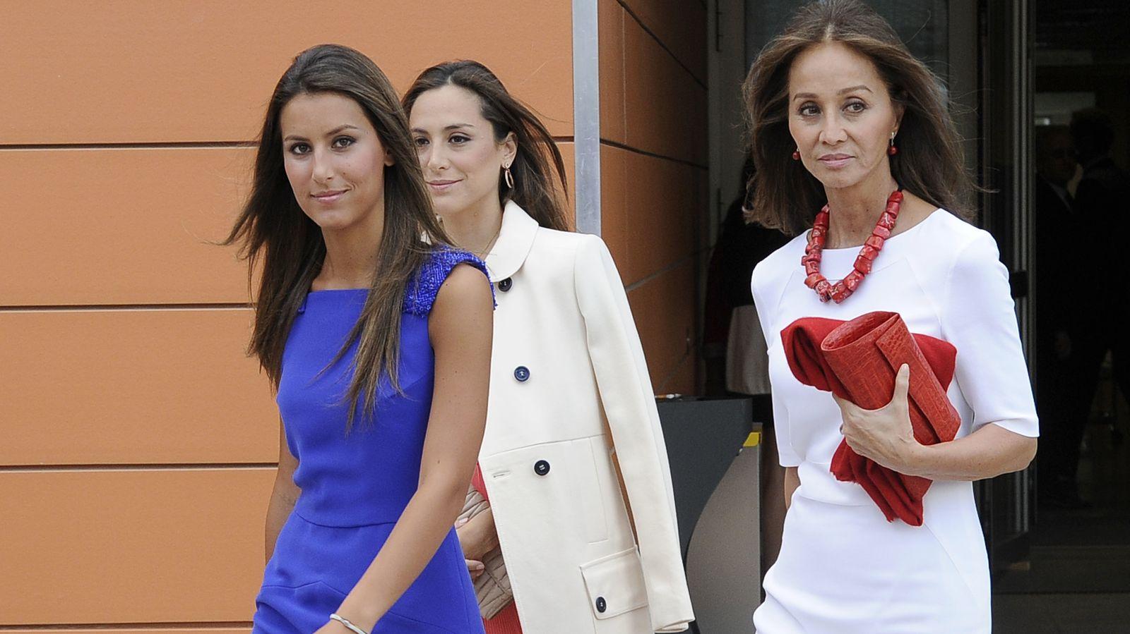 Foto: Isabel Preysler junto a sus hijas el día de la graduación de Ana (Gtres)
