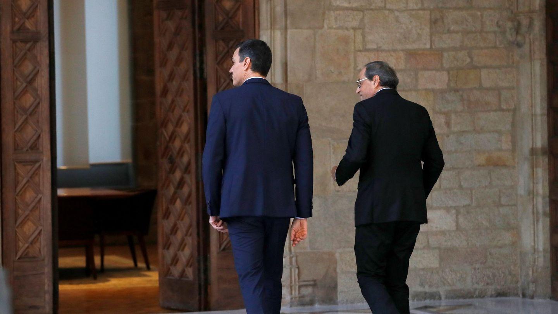 Pedro Sánchez y Quim Torra se dirigen a su reunión en el Palau de la Generalitat. (EFE)