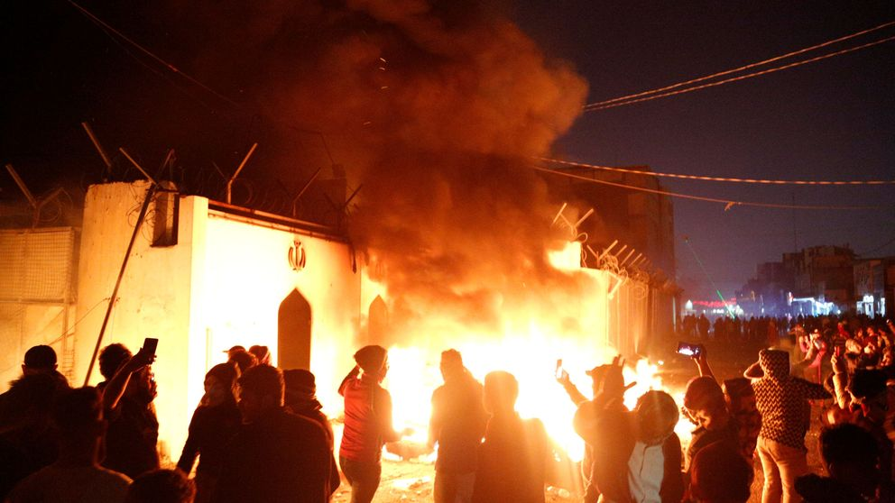Manifestantes asaltan e incendian un consulado de Irán en ciudad chií de Irak