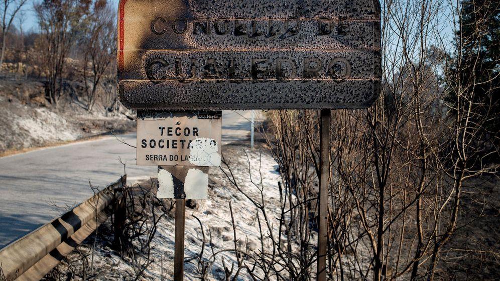 Foto: Estado en el que ha quedado el cartel que indica la entrada al municipio de Cualedro. (EFE)