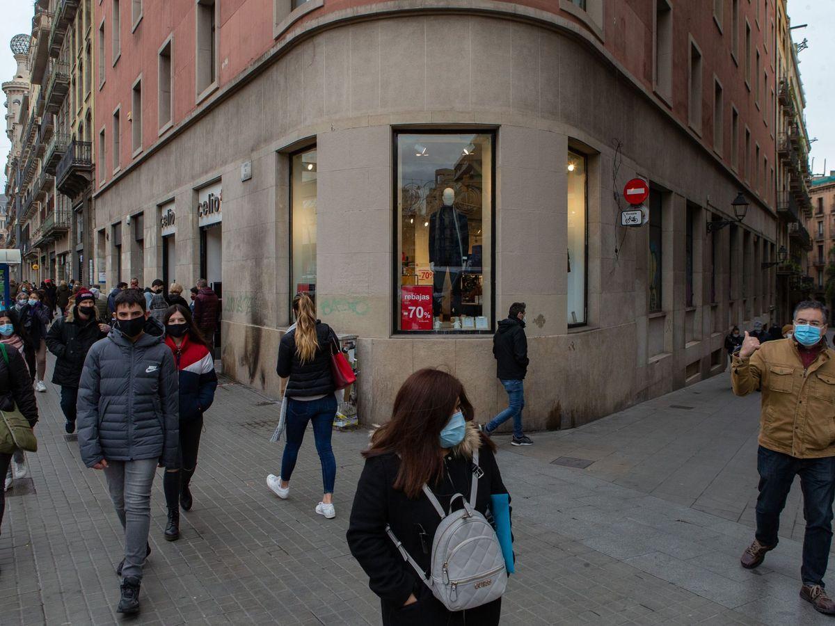 Foto: Varios transeúntes pasan ante un comercio del centro de Barcelona. (EFE)