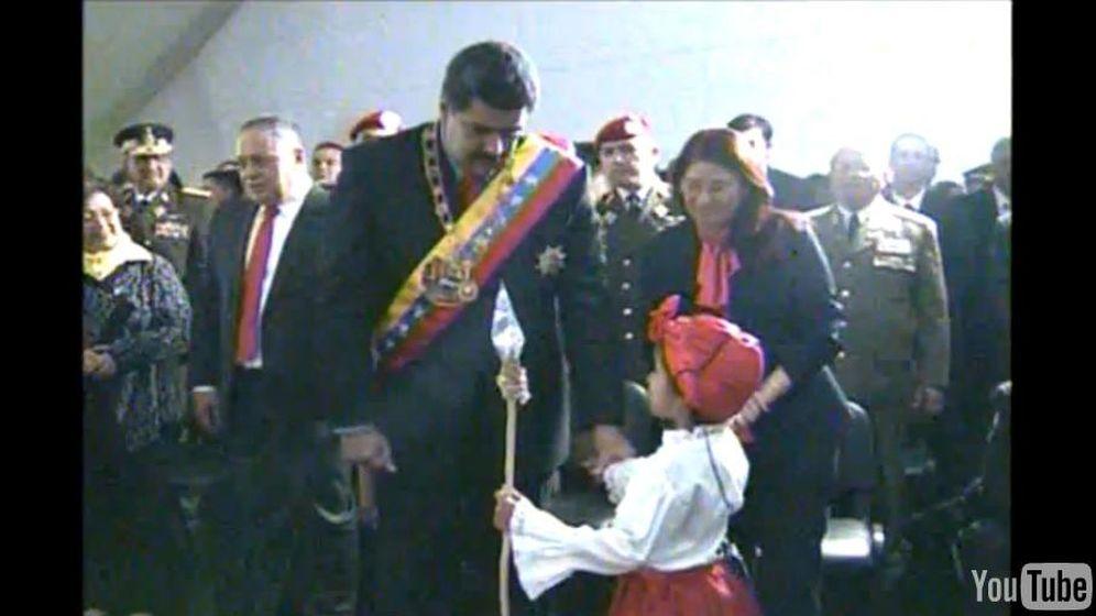 Foto: Maduro escucha las palabras de la niña (captura de YouTube)