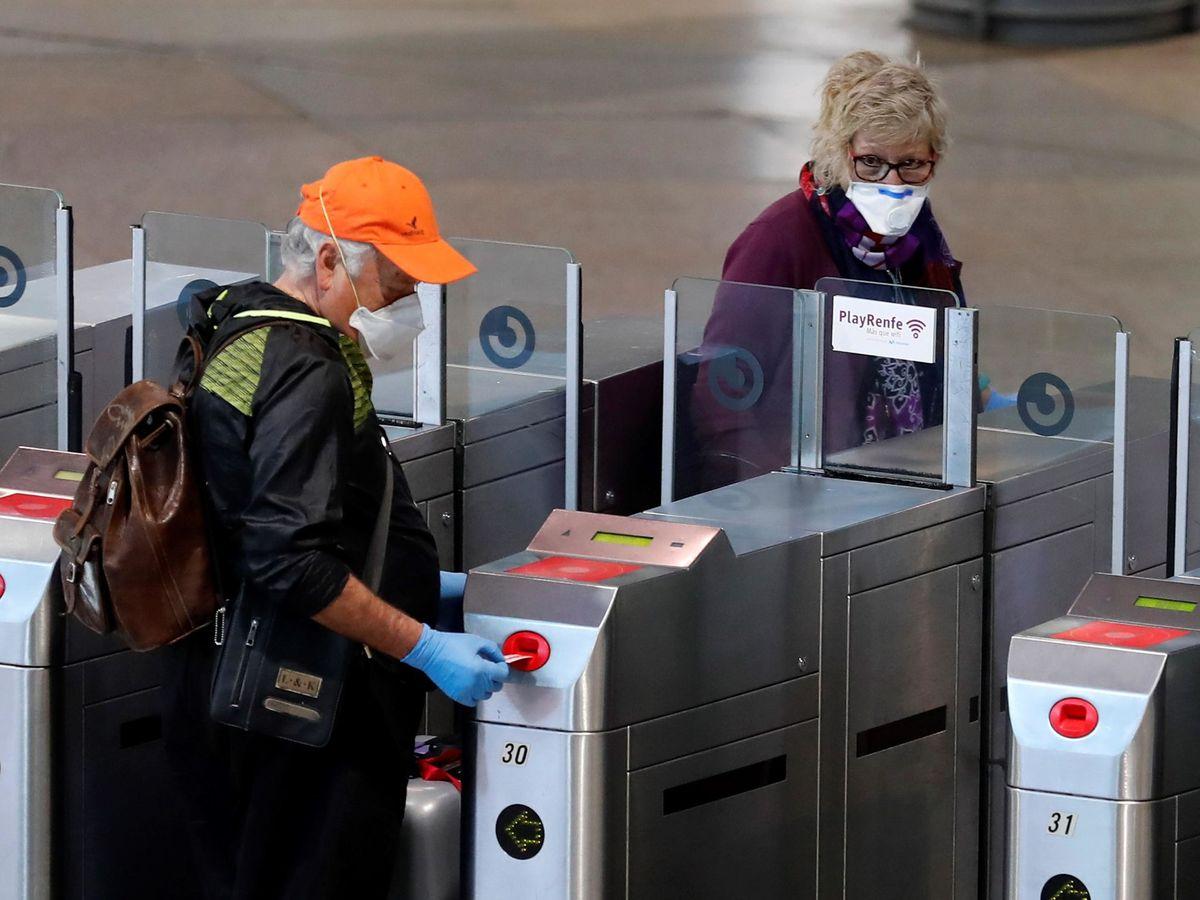 Foto: Pasajeros se protegen con mascarillas en la estación de Atocha, este domingo.(EFE)