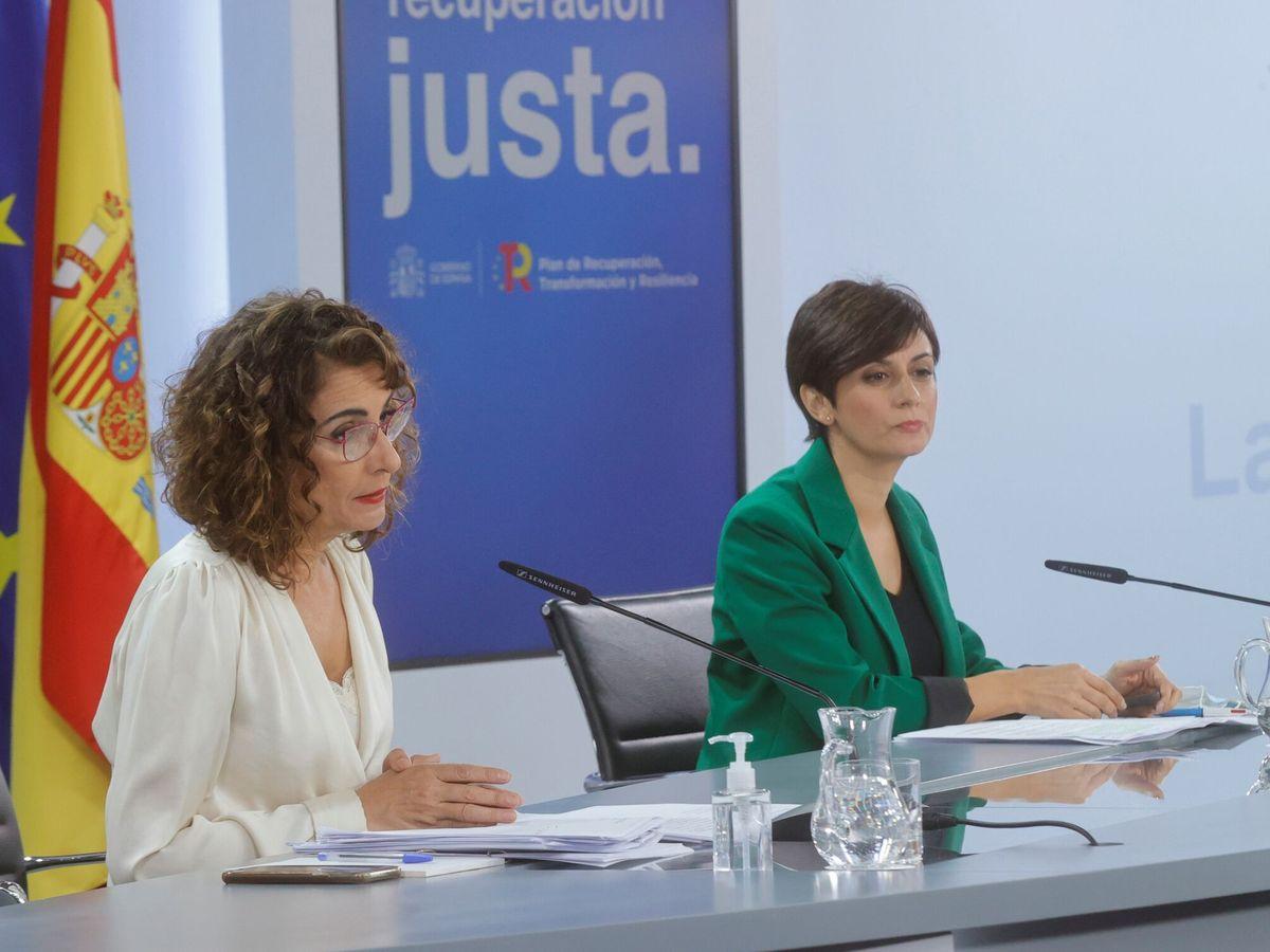 Foto: La ministra de Hacienda, María Jesús Montero (i), y la de Política Territorial, Isabel Rodríguez. (EFE)