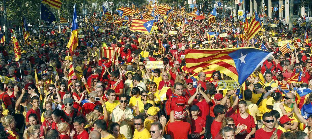 Foto: Manifestación de apoyo a la consulta en las calles de Barcelona. (Efe/Andreu Dalmau)