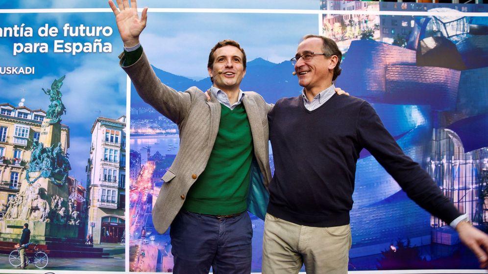 Foto: El presidente del PP, Pablo Casado, y el presidente del partido en el País Vasco, Alfonso Alonso. (EFE)