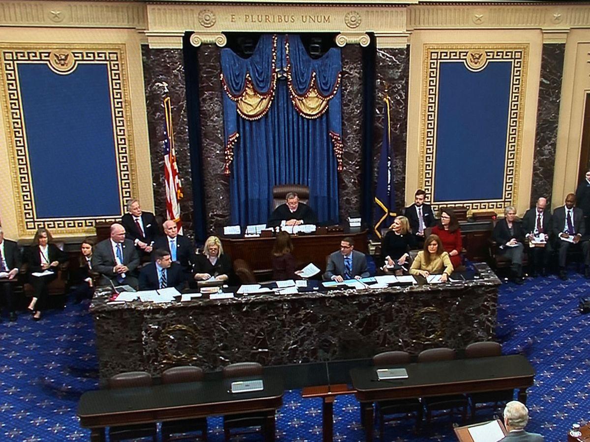 Foto: El presidente del Tribunal Supremo, el juez Roberts, preside la sesión del Senado. (Reuters)