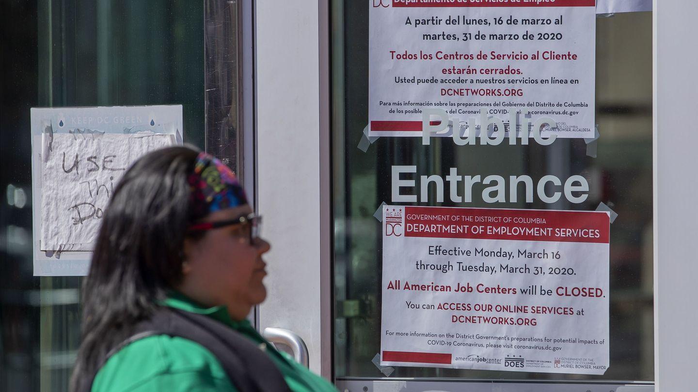 Una mujer pasa ante una oficina de empleo en EEUU. (Reuters)