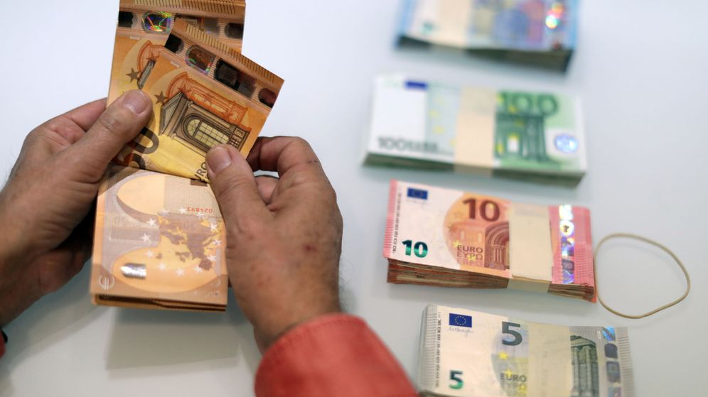 Foto: Un dependiente cuenta billetes de 50 euros en un local de cambio de divisas. (Reuters)