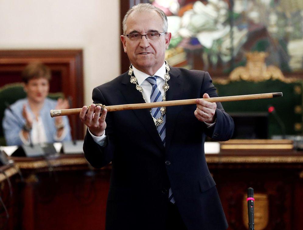 Foto: Enrique Maya, tras ser investido alcalde. (EFE)