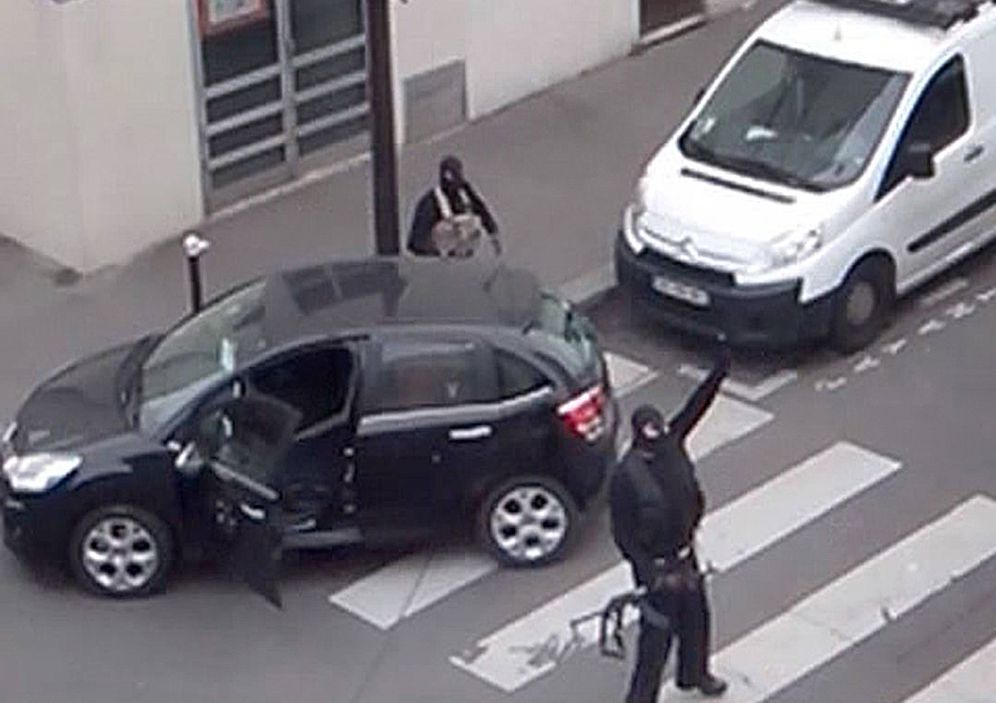 Foto: Los hermanos Kouachi, durante el ataque contra 'Charlie Hebdo' el 7 de enero de 2015. (Reuters)