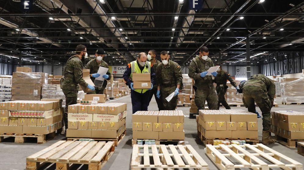 Foto: Varios militares realizan la distribución de alimentos en el Hospital de campaña de Ifema, este jueves durante la vigésima sexta jornada del estado de alarma. (EFE)