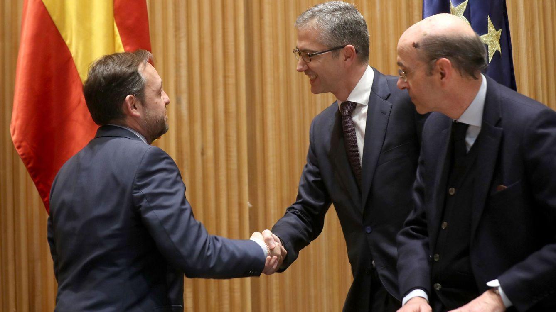 Foto: El gobernador del BdE, Pablo Hernández de Cos, saluda al presidente de la comisión de Presupuestos, Francisco de la Torre. (EFE)