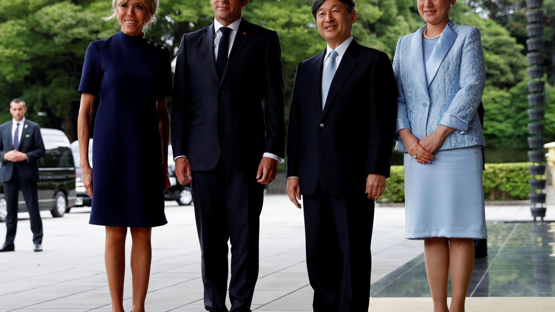 Los Macron en azul marino y Naruhito y Masako a juego en azul cielo. (Reuters)