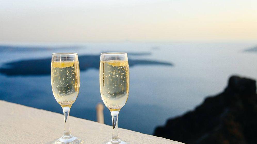 Foto: Dos copas de vino espumoso frente al mar.