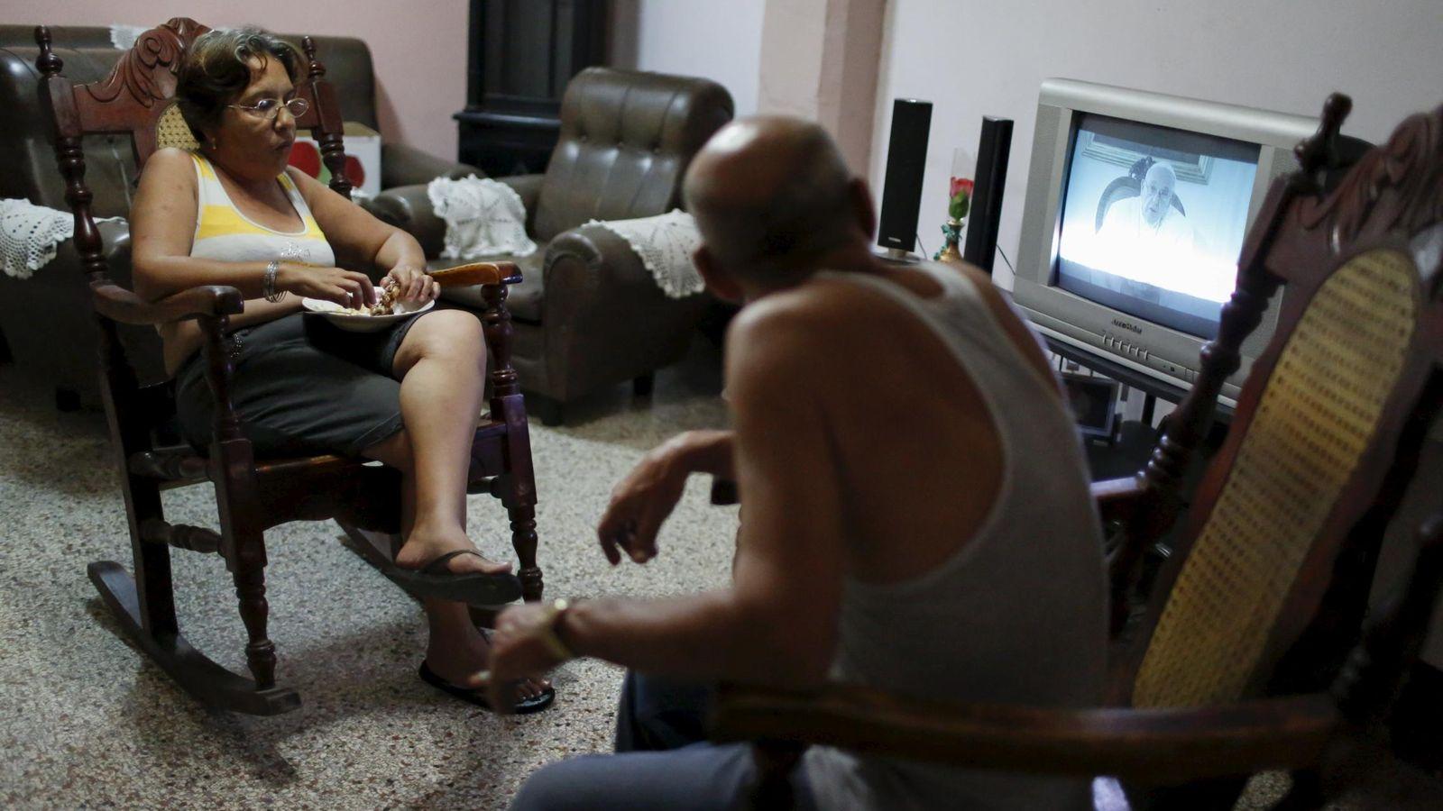 Foto: Residentes de un hogar cubano miran la televisión en La Habana, en septiembre de 2015 (Reuters)