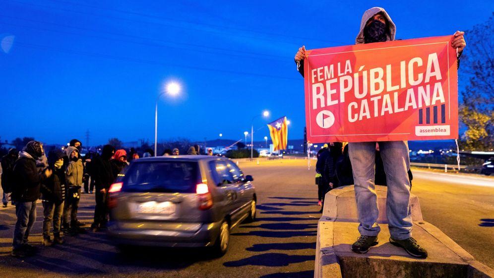 Foto: Un grupo de los CDR levanta las barreras en la salida de la AP-7 en Girona Sud. (EFE)