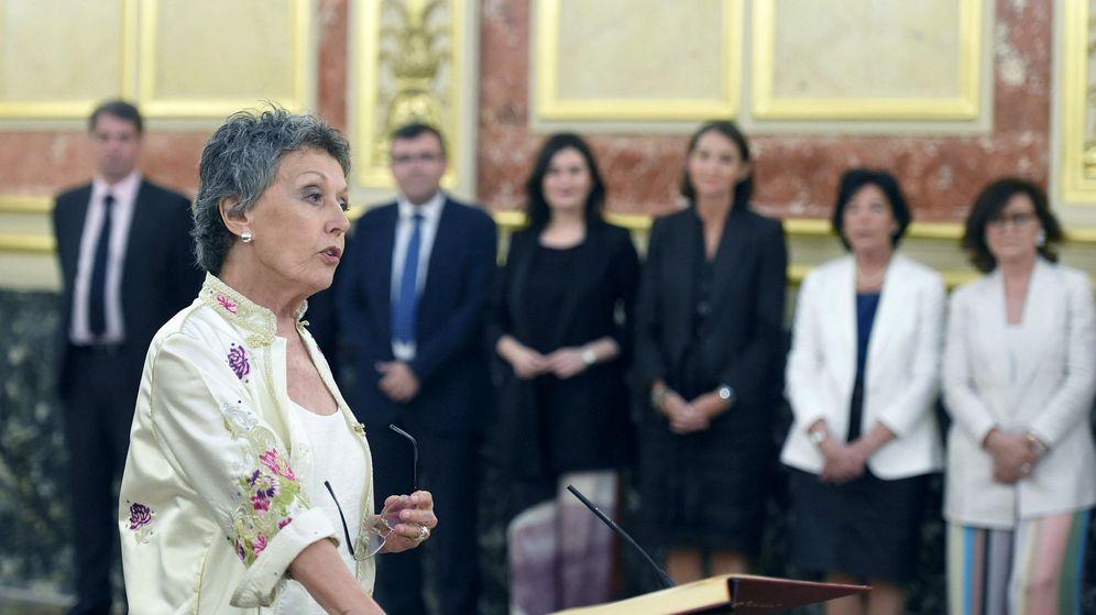 Foto: La nueva administradora de RTVE, Rosa María Mateo (i), durante su toma de posesión en el Congreso de los Diputados. (EFE)