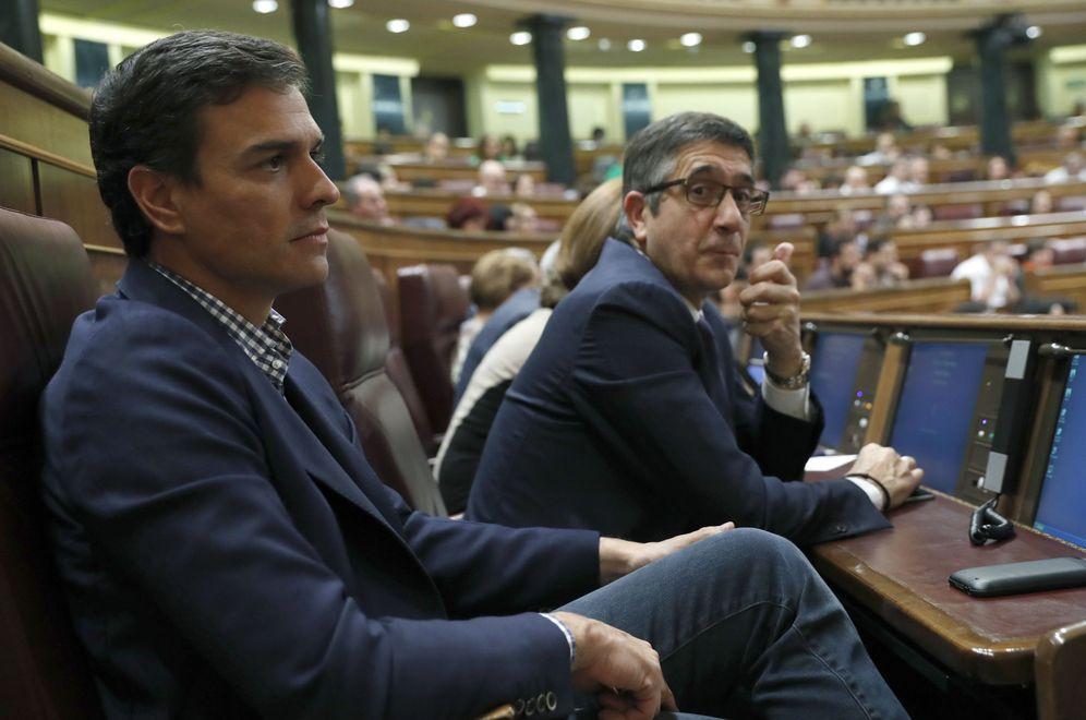 Foto: Pedro Sánchez, sentado en su nuevo escaño en el Congreso, al lado de Patxi López, este 26 de octubre en la primera jornada del debate de investidura de Mariano Rajoy. (EFE)