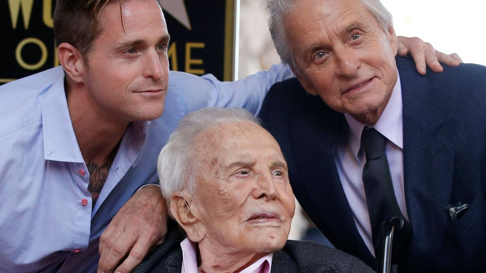 Foto: Cameron Douglas, con su padre y su abuelo. (Reuters)