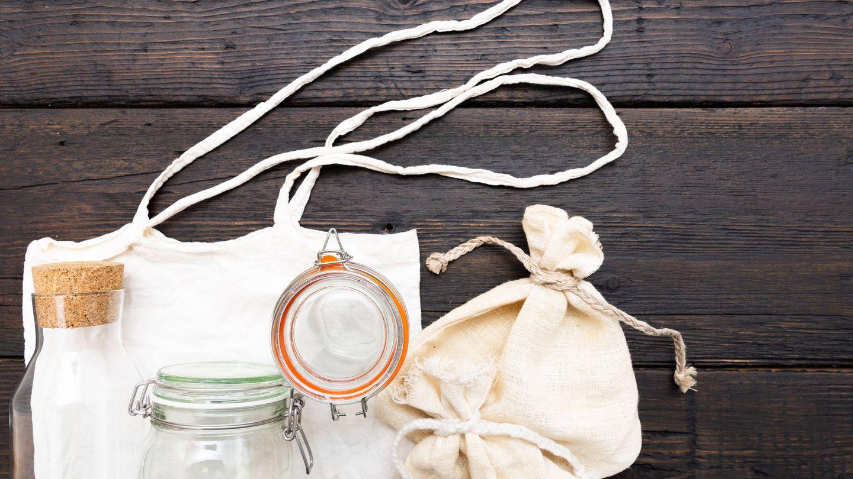 Bolsas de algodón y frascos para una compra ecológica. (IStock)