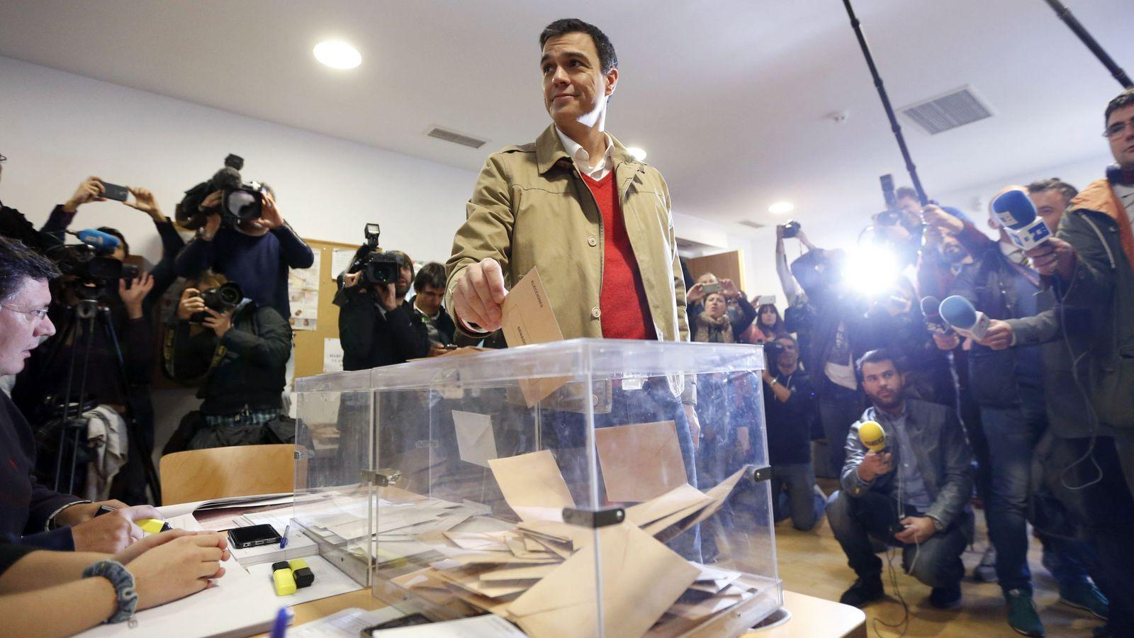 Foto: Pedro Sánchez vota en las elecciones generales del 20-D de 2015 en su colegio de Pozuelo de Alarcón, en Madrid. (EFE)