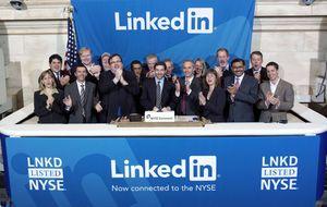 LinkedIn juega mejor en la sombra: gana la partida bursátil a Facebook y Twitter