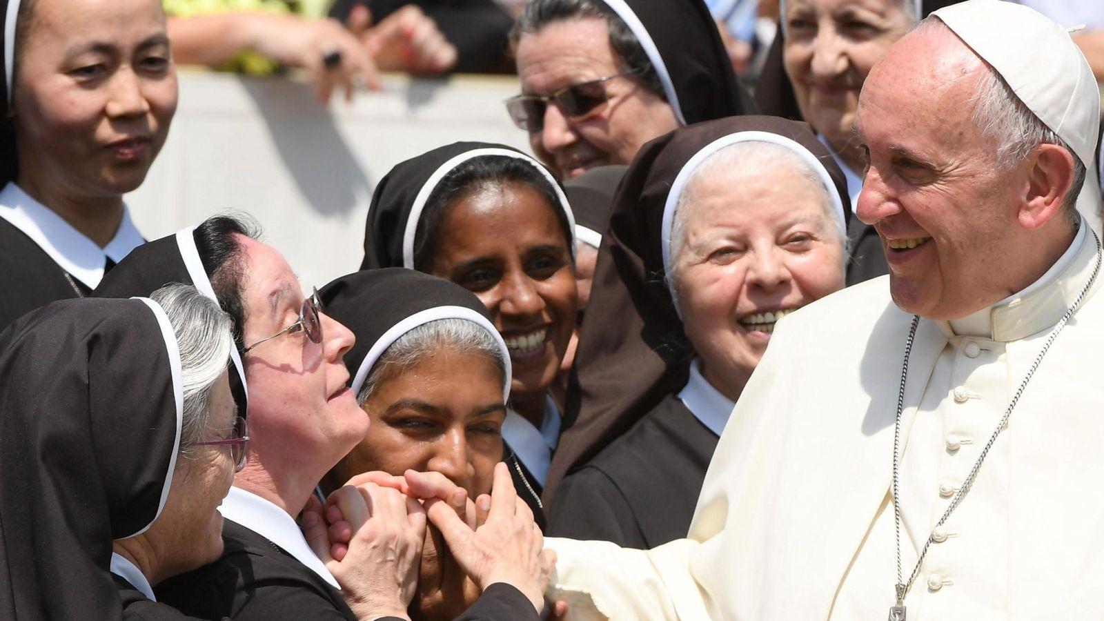 Foto: El Papa Francisco) saluda a unas monjas durante una audiencia jubilar celebrada la plaza de San Pedro del Vaticano. (Efe)