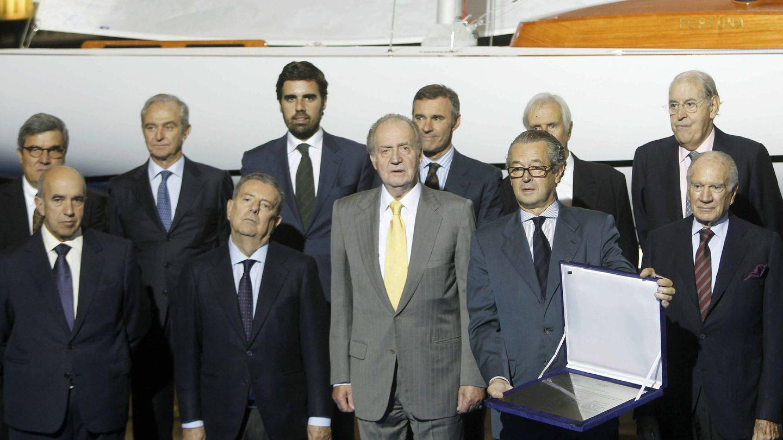 El rey Juan Carlos con Luis Conde (dcha), presidente del Salón Náutico de Barcelona, y Javier Godó, conde de Godó (izq), y otros catalanes, en Barcelona. (EFE)