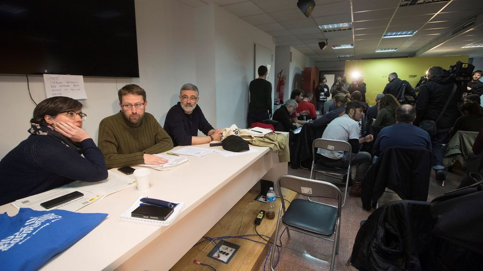 Foto: Mireia Boya (i), Vidal Aragonés (c) y Carles Riera (d) durante la reunión del consejo político de la CUP. (EFE)