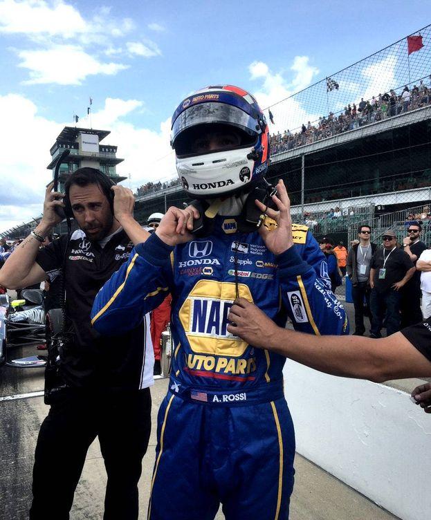 Foto: Carlos Corell junto al piloto Alexander Rossi en Indianápolis. (Foto: @CarlosCorell)