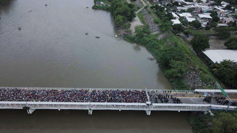 Cientos de migrantes hondureños que permanecen varados en uno de los puentes que separan Guatemala y México. (EFE)