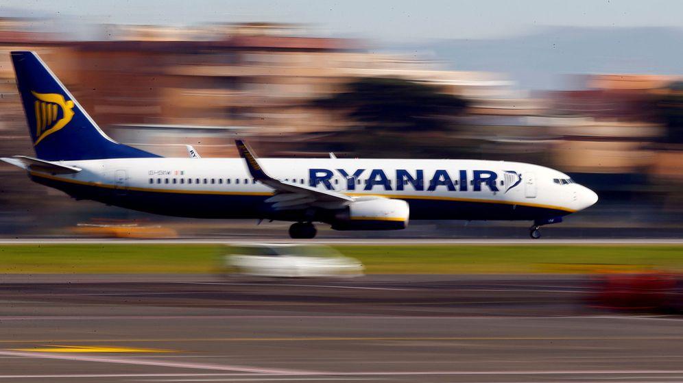 Foto: El pasajero intentó detener al avión corriendo por la pista (Reuters/Tony Gentile)