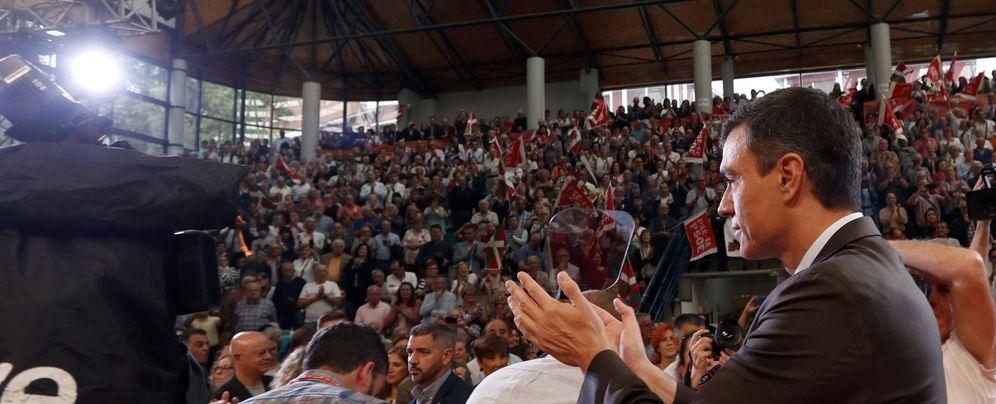 Foto: Pedro Sánchez, durante el mitin que compartió con la secretaria general del PSE, Idoia Mendia, este 6 de octubre en Barakaldo. (EFE)