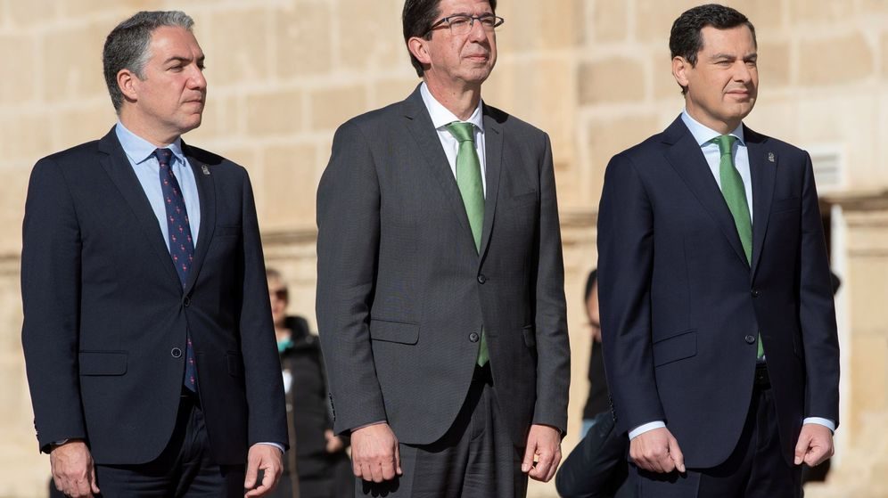 Foto: Acto institucional del Día de Andalucía en el Parlamento andaluz. De izquierda a derecha, Elías Bendodo, Juan Marín y Juanma Moreno. (EFE)