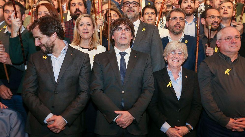 Foto: El expresidente de la Generalitat catalana Carles Puigdemont (c) y los 200 alcaldes independentistas participan en un acto celebrado en Bruselas. (EFE)