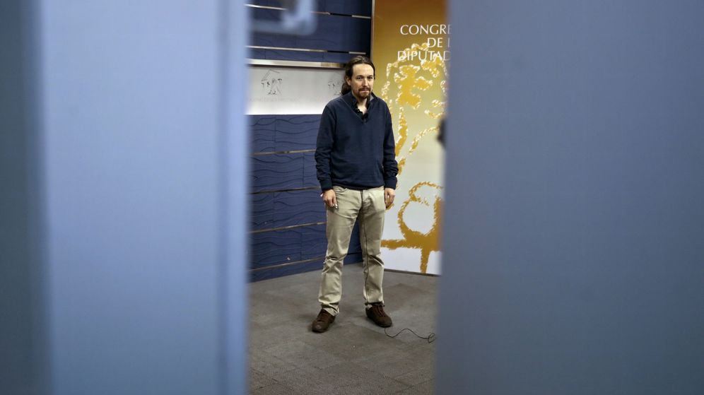 Foto: El líder de Podemos, Pablo Iglesias, en los pasillos del Congreso de los Diputados este lunes. (EFE)